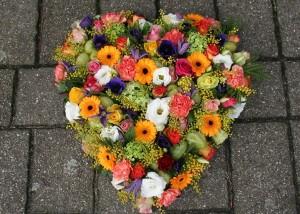 Arrangement gekleurd hart groot H005