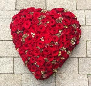 Arrangement hart vorm met rode rozen H007