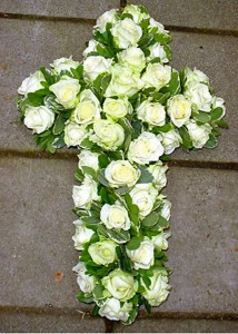 Rouw arrangement kruis wit